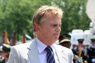 640px-National_Memorial_Day_Parade,_Grand_Marshall,_Pat_Sajak,_Mon_30_May_2011_(11)